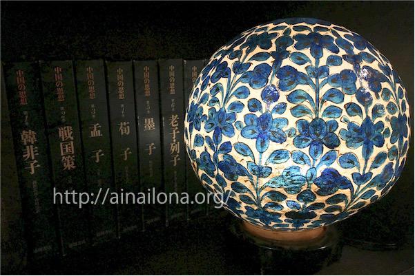 本棚とブルーのランプ